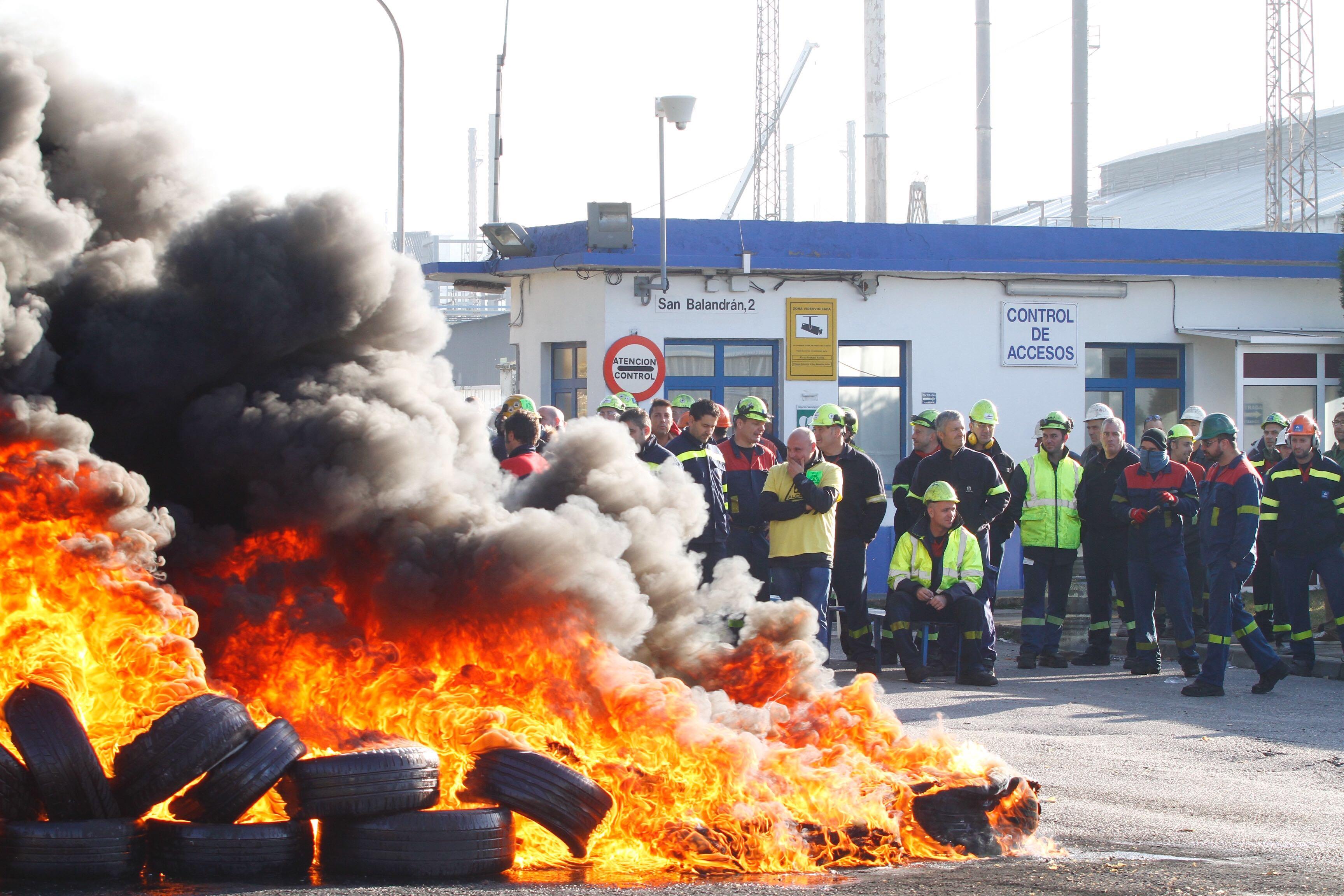 Protesta de los trabajadores de Alcoa ante la planta de Avilés