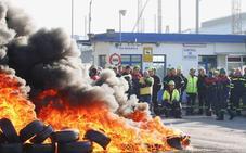 Los trabajadores cortan el acceso a la planta de Alcoa de Avilés