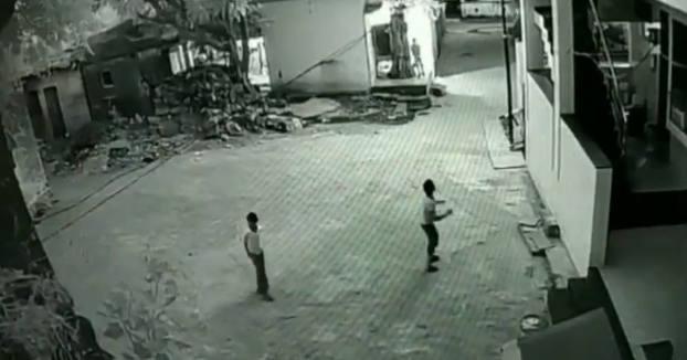 Un niño se salva tras caer 12 metros y 'aterrizar' sobre la espalda de su amigo
