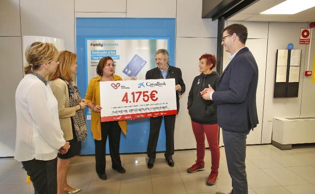 Caixabank y EL COMERCIO entregan 4.175 euros a Mar de Niebla