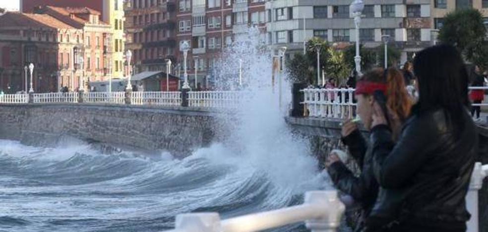 Asturias estará mañana en alerta naranja por olas de hasta seis metros