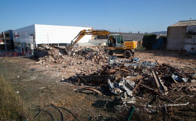Demolición del antiguo bar Marieva en Roces