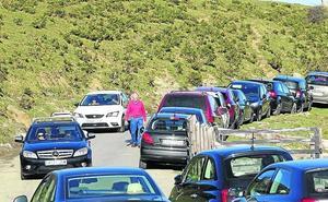 Los atascos regresan a los Lagos de Covadonga ante la falta de controladores