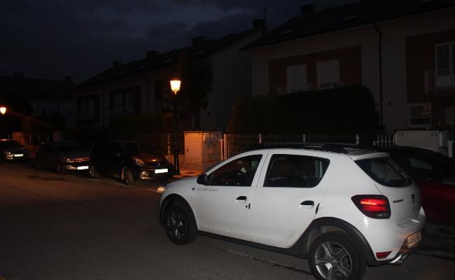 Roban un coche en un garaje de la calle Piñeres de Candás y asaltan tres más