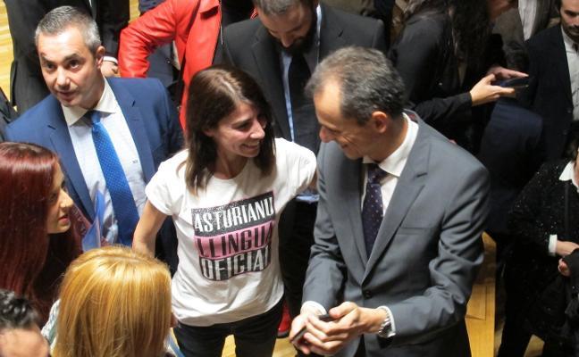 Una asturiana defiende la oficialidad ante Pedro Duque