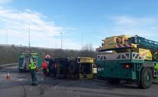 Un camión de bomberos vuelca al regresar de una emergencia en Villaviciosa