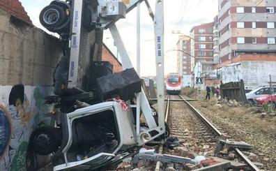 El tráfico ferroviario entre Avilés y Oviedo recupera la normalidad tras la caída de un camión a las vías