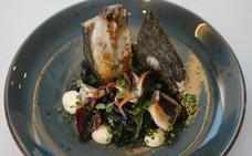 Rodaballo al horno sobre arroz negro con chipirones, alioli y alga wakame