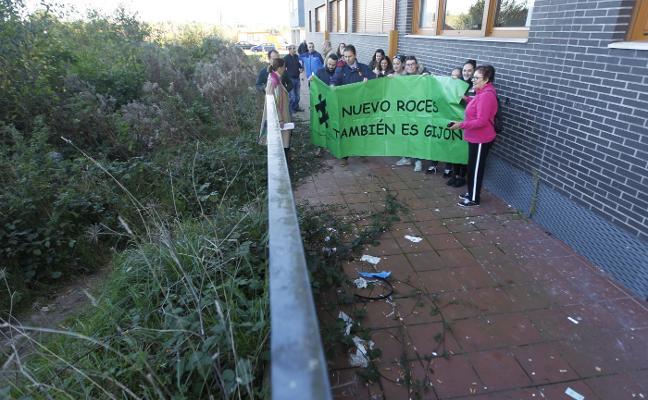 Los vecinos de Nuevo Roces reclaman «un mínimo de limpieza» para el barrio