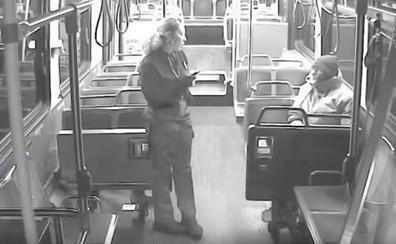 El gesto de una conductora de autobús con un hombre sin hogar que ha conmovido a miles de personas