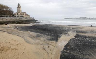Los científicos vinculan el carbón que llega a la playa con los graneles que mueve El Musel