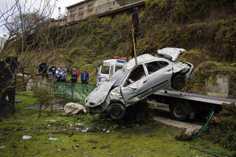 Retiran el coche tras el grave accidente en el que falleció una joven en San Martín del Rey Aurelio