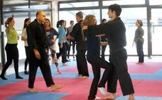 Una treintena de grupistas participa en un taller de iniciación a la defensa personal