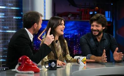 Álvaro Morte, de 'La Casa de Papel', y Adriana Ugarte, con un vestido de seis kilos, en 'El Hormiguero'