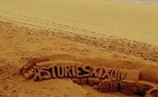 La playa de San Lorenzo vuelve a convertirse en el gran lienzo de un artista anónimo