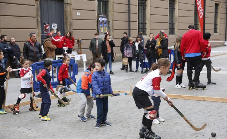 El Telecable Hockey Club juega por las calles de Gijón