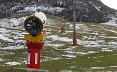 La falta de nieve impide abrir mañana las estaciones de esquí