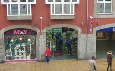 La Policía Local de Avilés interviene 2.408 artículos falsos de Apple y Samsung en una tienda de accesorios para móviles