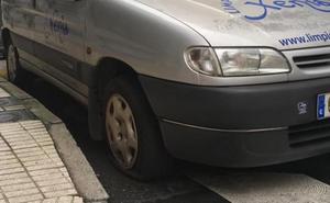 37 vehículos aparcados en El Natahoyo amanecen con los neumáticos reventados
