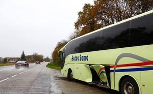 Cuatro heridos leves en un accidente entre un autobús y un turismo en Nava