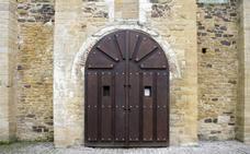 La iglesia de San Miguel de Lillo estrena nuevo portón