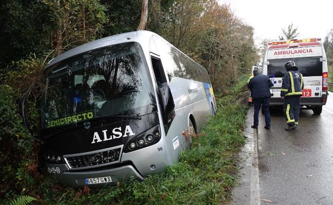 Un herido leve al salirse un bus de la carretera en Balmori
