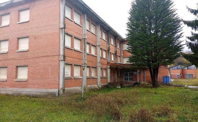 Piloña consulta el futuro del viejo instituto con los clubes deportivos