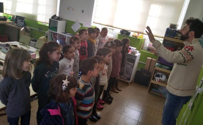 Un maestro del colegio rural agrupado compone un villancico en asturiano