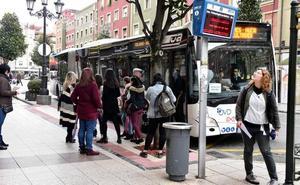 Largas colas en la primera jornada de huelga de TUA en Oviedo
