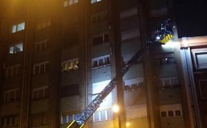 Los bomberos rescatan a seis personas tras incendiarse una vivienda en Prendes Pando