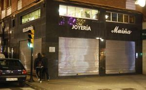 Un joven armado con un martillo asalta una joyería en Gijón