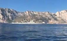 Una corbeta de la Armada hace sonar el himno de España frente a Gibraltar