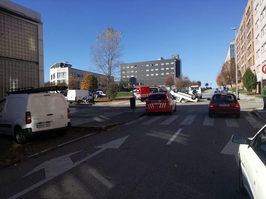 Tres heridos tras volcar una furgoneta en Montevil