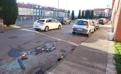 Choca con cuatro vehículos aparcados en Coto Carcedo y se da a la fuga