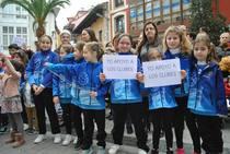 Manifestación en Llanes contra la adjudicación de las escuelas deportivas a entidades de fuera del concejo