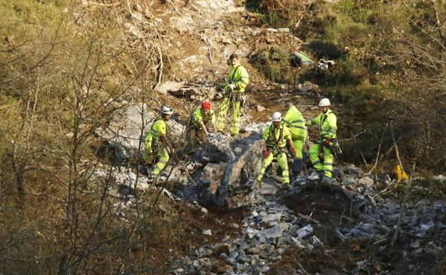 Fomento vuela las rocas que amenazaban las vías en Pajares para reabrirlas al tráfico
