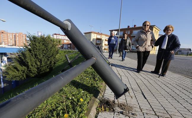 Choca contra la gasolinera del Carrefour de La Calzada tras caer desde la rotonda de Juan Carlos I