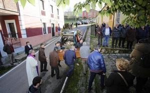 Vecinos de Borines despiden a Lourdes Álvarez, la mujer fallecida tras caerle un hórreo encima