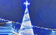 Un árbol de veinte metros para animar la Navidad en Laviana