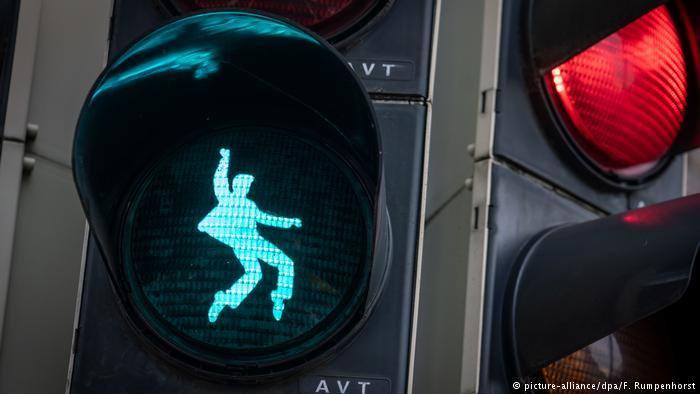 Convierten a Elvis en figura de semáforo en Alemania
