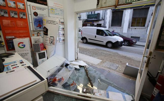 Dos taxistas frustran el robo a una tienda de teléfonos móviles de Llanes
