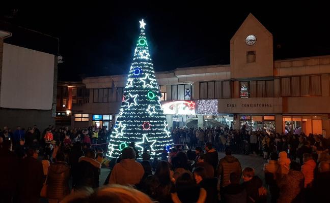 La Caridad enciende su abeto de ocho metros tras un espectáculo de luces