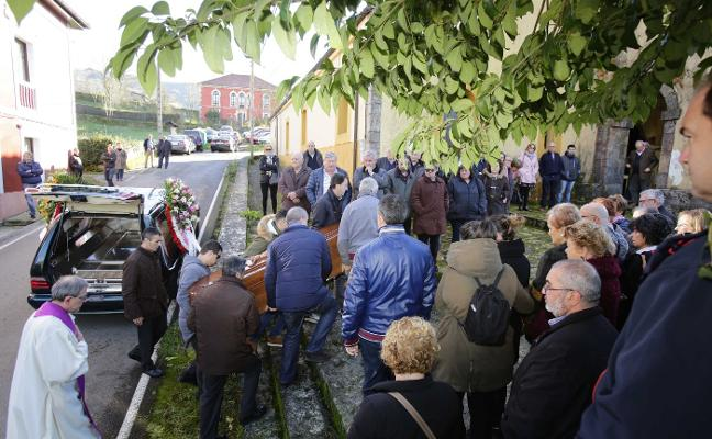 Más de un centenar de vecinos y amigos despiden a Lourdes Álvarez