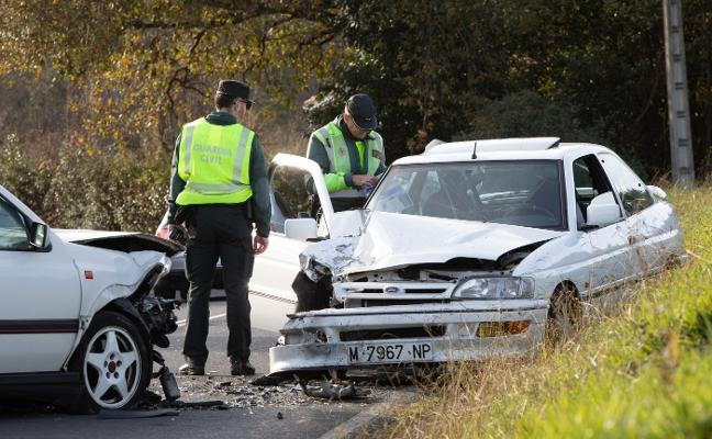 Tres heridos leves tras la colisión frontal de dos turismos en La Plata