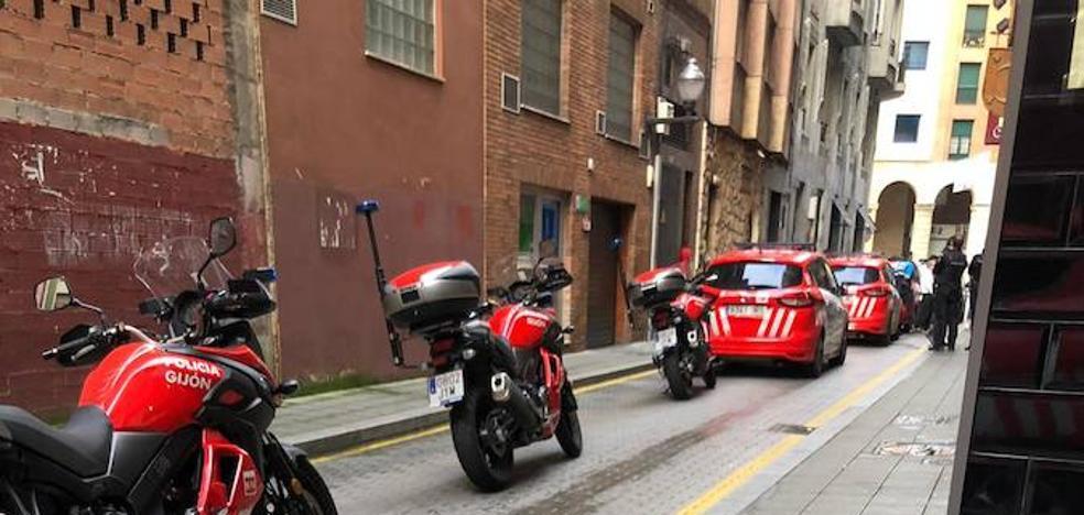 Gran despliegue policial para desalojar un 'after' del centro de Gijón