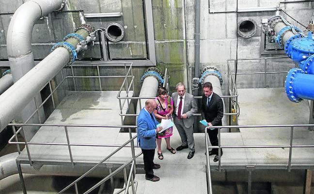 Una fuga de casi once litros por segundo en El Caleyo frena la nueva traída de agua