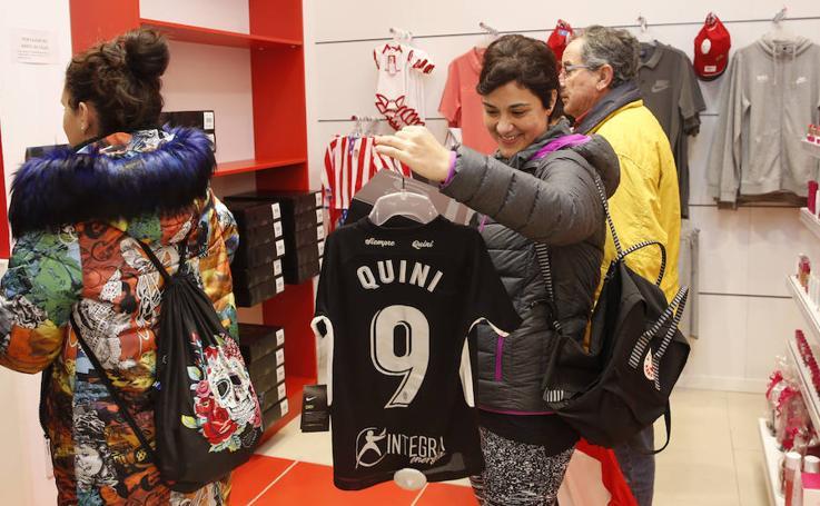 Largas colas para adquirir la camiseta negra como homenaje a Quini del Sporting