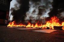 Barricada en Gijón contra el cierre de la Casa Sindical