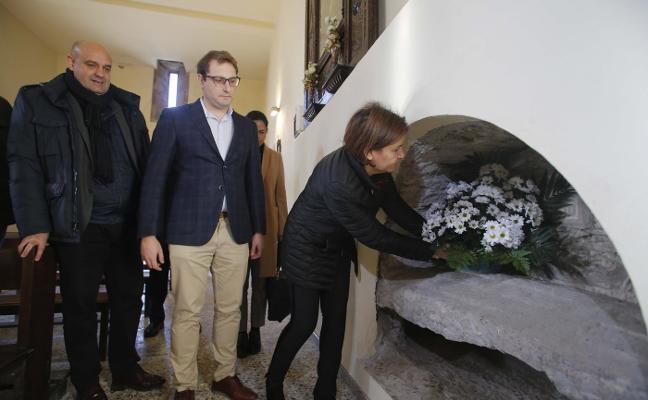 Ofrenda floral de El foro de Asturias en honor del Rey Aurelio