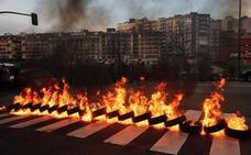 Barricada contra el cierre de la Casa Sindical en Gijón